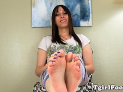 Oiled bigfeet tgirl flexing her pretty toes